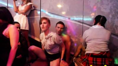 Телочки в клубе трахаются со стриптизерами в групповухе