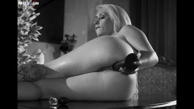 Блондинка на столе дрючит тугую попку дилдаком