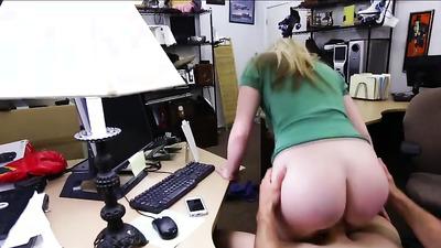 Жопастая воровка дала продавцу в бритую вагину
