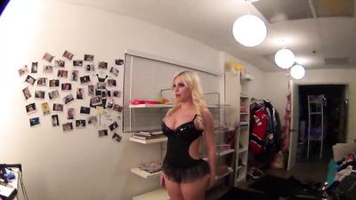 Блондинка переодевается и светит формами перед скрытой камерой