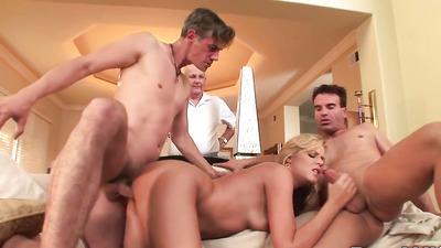 Неверная сучка трахается с двумя парнями перед старым мужем