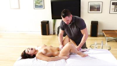 Массажист жаркой мастурбацией радует клиентку в масле