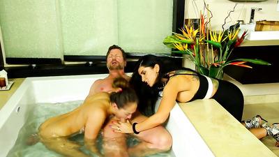 Телочки в ванне на пару замутили мужику глубокий отсос