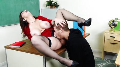 Зрелая училка заставила студента вылизать и отыметь вагину