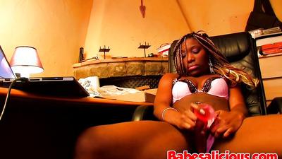 Негритянка перед вебкой пихает дилдо глубоко в бритую вагину
