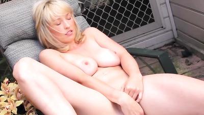 Симпатичная блондинка мастурбирует на улице снимая видео крупным планом