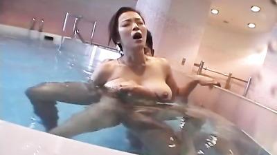 Пацан в бассейне оттрахал грудастую азиатку в мохнатку