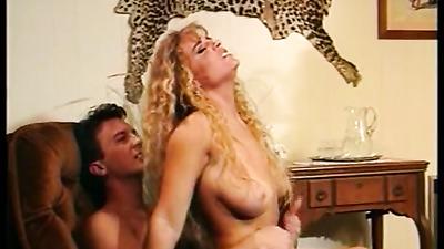 Блонда дала соседу в бритую вагину и заработала оргазм