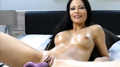 Брюнетка в масле кончает от секс-машины перед веб-камерой