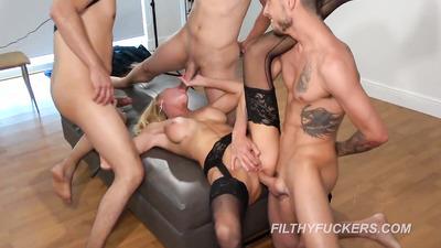 Блондинка принимает большие члены внутрь после мастурбации игрушками