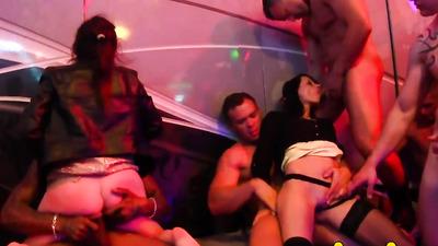 Групповой секс с ненасытными красотками на вечеринке