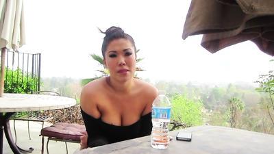 Азиатка перед камерой показала сиськи и стройные ножки