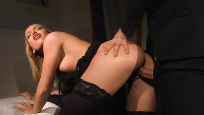 Блондинка в чулках лакомится спермой после анального секса