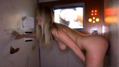Блондиночка через дырки в стенах получила члены в рот и киску