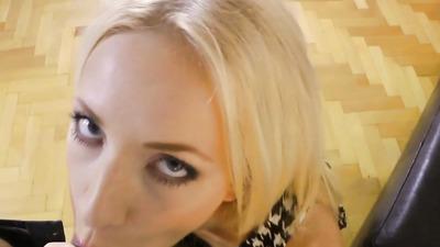 Блонда на кастинге пробует член на вкус и скачет на нем