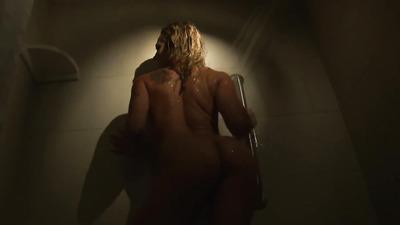 Блондинка в душе мастурбирует щелку и обильно кончает