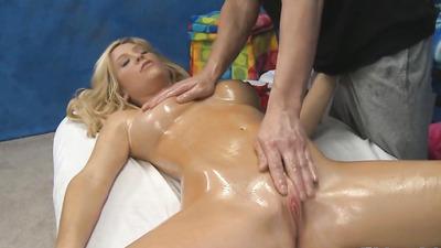 Блондинка в масле сосет массажисту и кончает от мастурбации